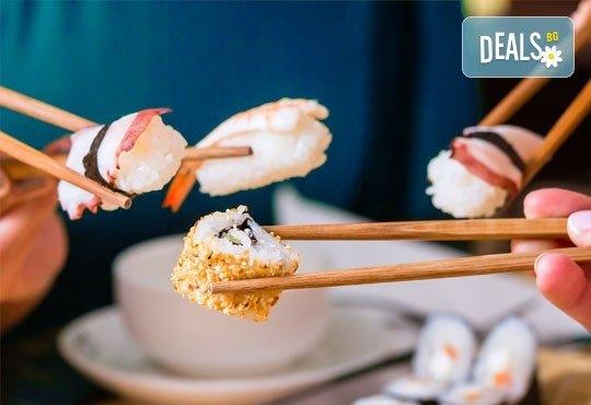 Суши сет с 30 хапки: футомаки, сьомга, уакаме, филаделфия, авокадо, уасаби и соев сос от Sushi Zone! - Снимка 1