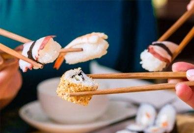 Суши сет с 30 хапки: футомаки, сьомга, уакаме, филаделфия, авокадо, уасаби и соев сос от Sushi Zone! - Снимка