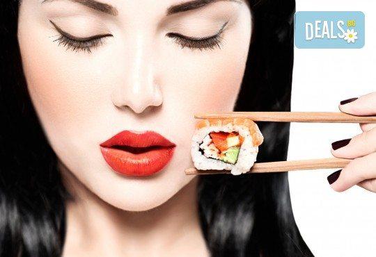 Суши сет с 30 хапки: футомаки, сьомга, уакаме, филаделфия, авокадо, уасаби и соев сос от Sushi Zone! - Снимка 2