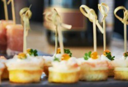 100 броя мини сандвичи и тарталети, аранжирани и декорирани за директно сервиране, от кулинарна работилница Деличи! - Снимка