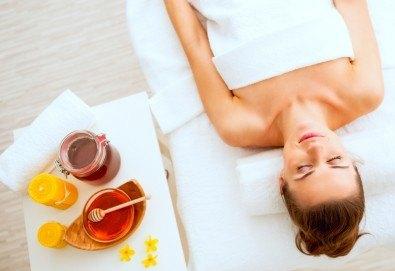 Избягайте от стреса с релаксиращ масаж на гръб или масаж на стъпала с мед и масла в Gx Studio! - Снимка