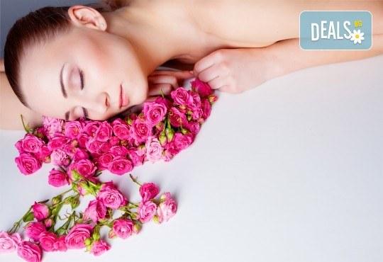 Хидратиращ лечебен масаж, подходящ за хора под стрес, и антицелулитен масаж с кокосово или розово олио в салон Flowers 2 в кв. Хаджи Димитър! - Снимка 1