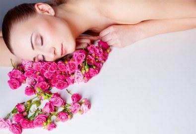 Хидратиращ лечебен масаж, подходящ за хора под стрес, и антицелулитен масаж с кокосово или розово олио в салон Flowers 2 в кв. Хаджи Димитър! - Снимка