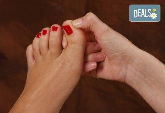 Лечебен масаж 45 минути на гръб, глава, ръце и ходила + зонотерапия на базата на китайската терапия в Студио за масажи Матрикс 77! - Снимка 4