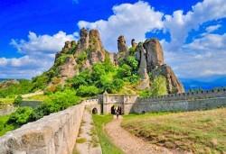 За 1 ден през август или септември до Белоградчишките скали, Рабишкото езеро и пещерата Магурата с транспорт и екскурзовод от Глобул Турс! - Снимка