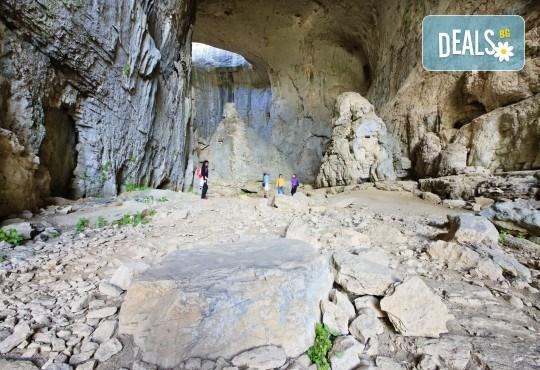 Посетете за 1 ден пещерата Проходна, парк Панега и Правешки манастир - транспорт и екскурзоводско обслужване - Снимка 3