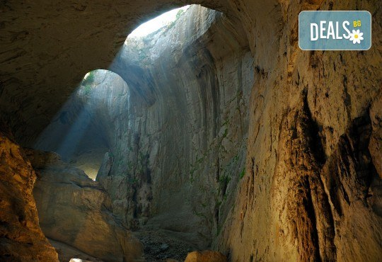 Посетете за 1 ден пещерата Проходна, парк Панега и Правешки манастир - транспорт и екскурзоводско обслужване - Снимка 1