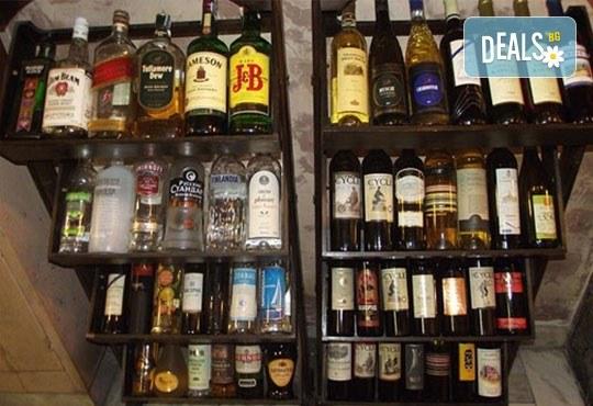 Заповядайте в прохладната механа на Ресторант Мамбо! Топ цена за 500 гр. бирено мезе (плато) и 2 малки наливни бири! - Снимка 6