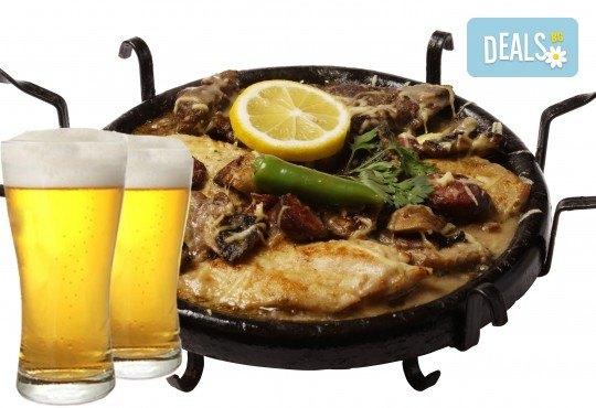 Сач Касапска гощавка със свинско и пилешко месо, сос барбекю, гъби + ДВЕ наливни бири и домашна пърленка в Ресторант - механа Мамбо! - Снимка 1
