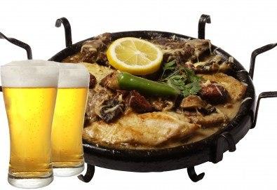 Сач Касапска гощавка със свинско и пилешко месо, сос барбекю, гъби + ДВЕ наливни бири и домашна пърленка в Ресторант - механа Мамбо! - Снимка