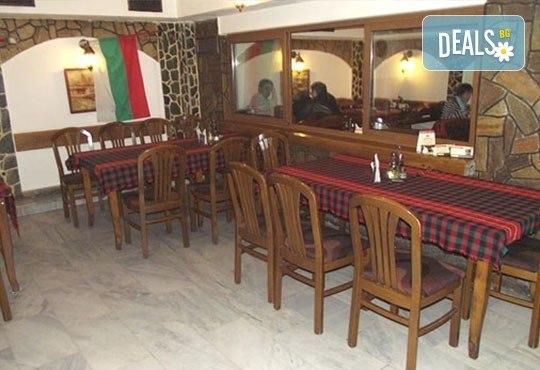 Сач Касапска гощавка със свинско и пилешко месо, сос барбекю, гъби + ДВЕ наливни бири и домашна пърленка в Ресторант - механа Мамбо! - Снимка 2