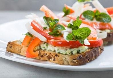Плато от 30 броя вкусни брускети със сушени домати, козе сирене, крема сирене, моцарела, сос песто и още от Аветор Кетъринг - Снимка