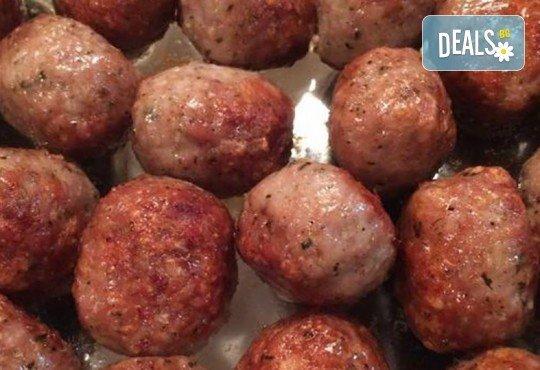 Плато от два килограма топли хапки - пилешко с паста от сушени домати, мини кюфтенца и картофени мини крокети с моцарела от Аветор Кетъринг - Снимка 2