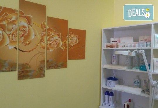 Козметичен педикюр с гел лак на SNB и две декорации в салон Bellissima Donna - Снимка 6