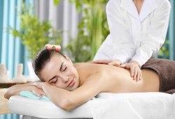 30-минутен частичен масаж на гръб, кръст, раменен пояс и глава от професионален рехабилитатор в козметичен център DR.LAURANNE! - Снимка