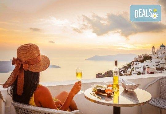 Романтични Септемврийски празници в Гърция! 3 нощувки със закуски на о. Санторини, 1 нощувка със закуска в Атина, транспорт и фериботни такси - Снимка 1