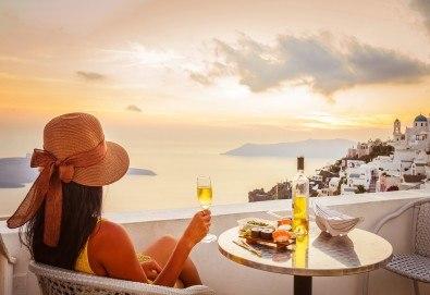 Романтични Септемврийски празници в Гърция! 3 нощувки със закуски на о. Санторини, 1 нощувка със закуска в Атина, транспорт и фериботни такси - Снимка
