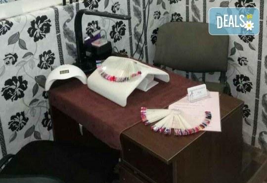 Маникюр с гел лак, 2 декорации и бонус: премахване на стар гел лак в салон Reni nails - Снимка 4