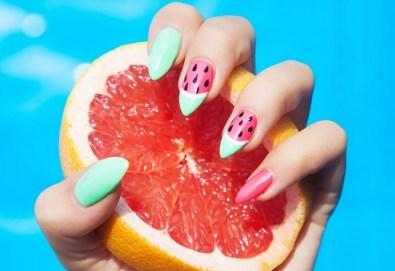 Нанасяне на UV гел върху естествен нокът, маникюр с гел лак и две декорации в салон Reni nails