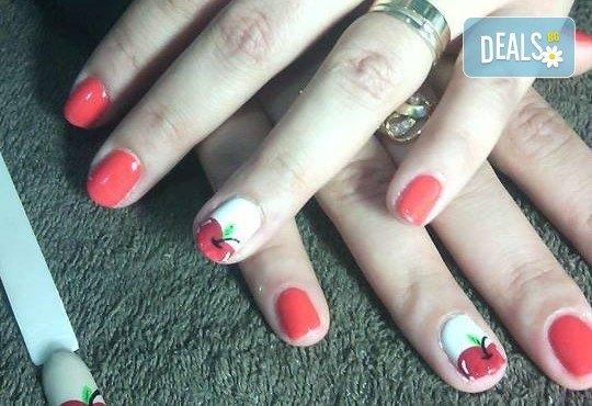 Нанасяне на UV гел върху естествен нокът, маникюр с гел лак и две декорации в салон Reni nails - Снимка 7
