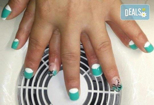 Нанасяне на UV гел върху естествен нокът, маникюр с гел лак и две декорации в салон Reni nails - Снимка 8