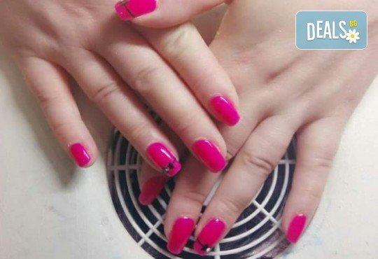 Нанасяне на UV гел върху естествен нокът, маникюр с гел лак и две декорации в салон Reni nails - Снимка 10