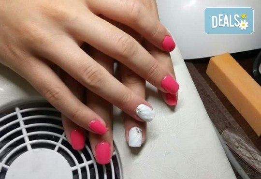 Нанасяне на UV гел върху естествен нокът, маникюр с гел лак и две декорации в салон Reni nails - Снимка 11
