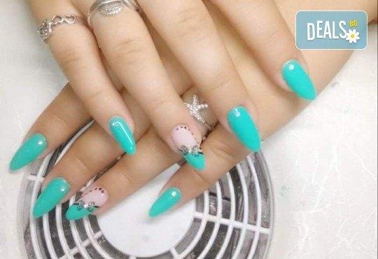 Нанасяне на UV гел върху естествен нокът, маникюр с гел лак и две декорации в салон Reni nails - Снимка 13