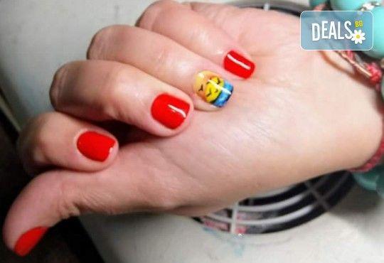 Нанасяне на UV гел върху естествен нокът, маникюр с гел лак и две декорации в салон Reni nails - Снимка 14