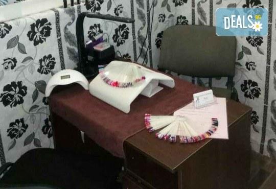 Нанасяне на UV гел върху естествен нокът, маникюр с гел лак и две декорации в салон Reni nails - Снимка 4
