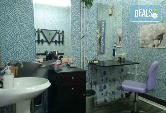 Нанасяне на UV гел върху естествен нокът, маникюр с гел лак и две декорации в салон Reni nails - Снимка 6