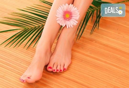 Покажете перфектните си крака с козметичен педикюр с гел лак на SNB и две декорации в салон Bellissima Donna - Снимка 3