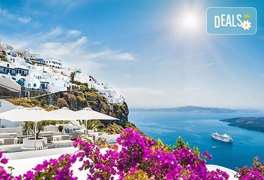 Романтична приказка на вулканичния о. Санторини, Гърция! 4 нощувки със закуски, едната, от които в Атина, транспорт и водач от Данна Холидейз! - Снимка 1