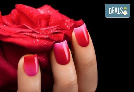 Безупречен маникюр без чупене, цепене и разслояване! Поставяне на изграждащ гел върху естествен нокът и лакиране с лак O.P.I. в салон Емоция! - Снимка 1