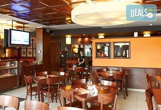 Обяд или вечеря в Ресторанти Златна круша! Две големи тънки пици или три малки тънки пици - Снимка 4
