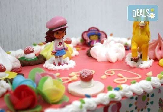 Детска торта от пандишпан с пресни яйца и ванилов и шоколадов мус с безплатен надпис и кутия, от майстор сладкарите на сладкарница Сладост! - Снимка 4