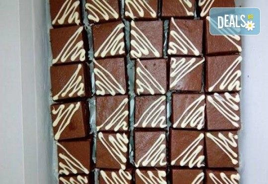 Сладки моменти! 30 броя шоколадови мини тортички (петифури) с крем, какаови блатове и декорация от Muffin House! - Снимка 2