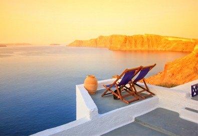 Почивка през септември и октомври на остров Санторини - перлата на Гърция: 4 нощувки със закуски и транспорт от България Травъл! - Снимка
