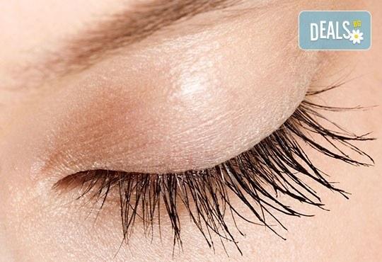 Подчертайте красотата на очите си с процедура за удължаване и сгъстяване на мигли от коприна или норка чрез 3D технология в салон Голд Бюти! - Снимка 2