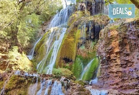 През есента за 1 ден до Крушунските водопади и Деветашката пещера: транспорт и водач