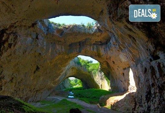 За един ден през есента до Крушунските водопади, Деветашката пещера и Ловеч с транспорт и водач от Дениз Травел! - Снимка 3