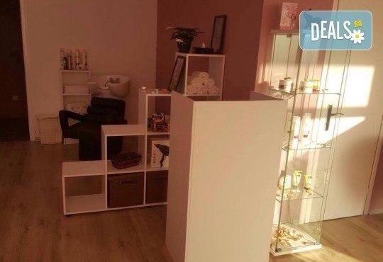 Изискана и красива с маникюр и педикюр с гел лак BlueSky и 8 декорации с камъчета в салон за красота Сиемпре Белла - Снимка 4