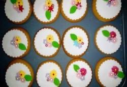 За момичета! Вземете половин или един килограм бисквити за момичета: цветя, пеперуди, калинки, звезди и сърца от Muffin House! - Снимка