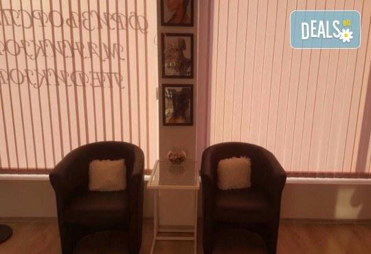 Маникюр с гел лак, декораци с камъчета, масаж на ръцете и бонус: безплатно сваляне в салон за красота Сиемпре Белла - Снимка 7