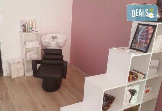 Маникюр с гел лак, декораци с камъчета, масаж на ръцете и бонус: безплатно сваляне в салон за красота Сиемпре Белла - Снимка 4