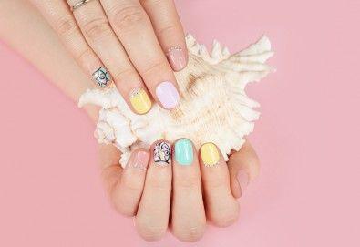 Маникюр с гел лак, декораци с камъчета, масаж на ръцете и бонус: безплатно сваляне в салон за красота Сиемпре Белла - Снимка