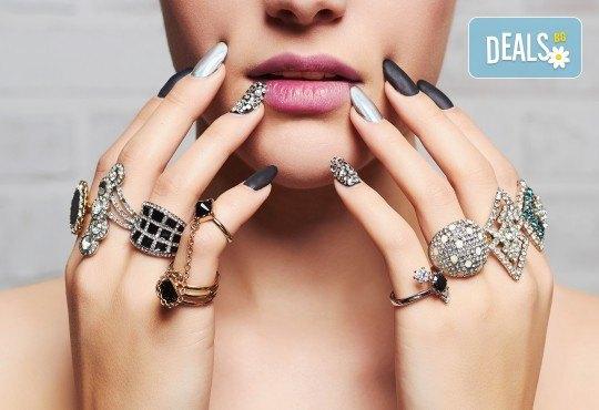 Маникюр с гел лак, декораци с камъчета, масаж на ръцете и бонус: безплатно сваляне в салон за красота Сиемпре Белла - Снимка 2