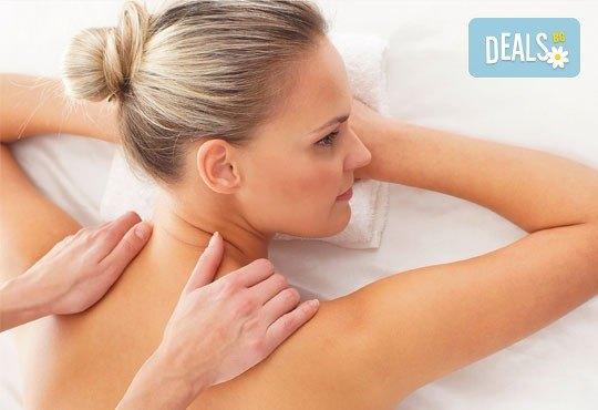 Облекчете неразположенията! 60-минутен болкоуспокояващ масаж ''Бабините разтривки'' на цяло тяло с арника в студио Giro! - Снимка 4