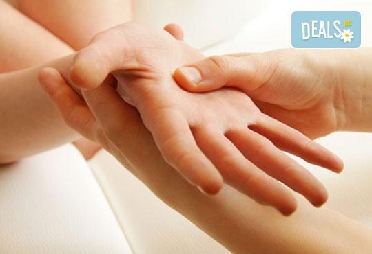 Изящество и красота! Ноктопластика с UV гел, 2 декорации и масаж на ръцете от салон Визия и стил, Пловдив! - Снимка 3