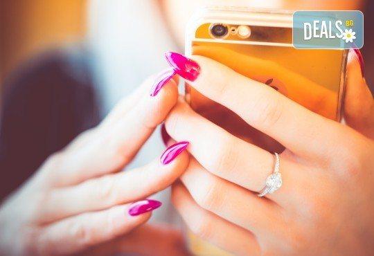 Здрави нокти с ноктопластика чрез изграждане с гел, лакиране с гел лак и 2 декорации в салон за красота Женско царство - Център! - Снимка 3